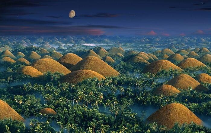 Tempat wisata di Filipina Chocolate Hill berupa kumpulan sangat banyak Bukit berukuran kecil. Menyembul di beberapa sudut.