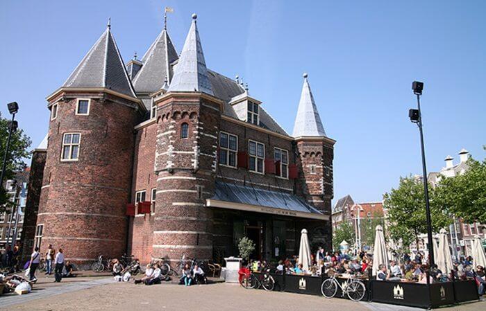 De Waag dibangun pada abad 15 an (1488) dan dulunya merupakan salah satu gerbang kota, bagian dari tembok yang mengelilingi kota Amsterdam pada abad pertengahan.
