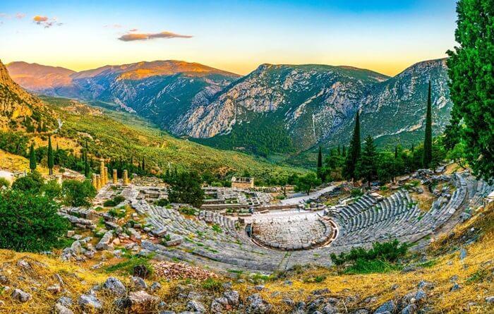 Pengunjung yang datang ke tempat wisata di Yunani ini bisa menemukan sisa-sisa bangunan dari abad ke-6 Sebelum Masehi (SM). Bangunan tersebut di antaranya Kuil Apollo, Teater, dan Treasuries