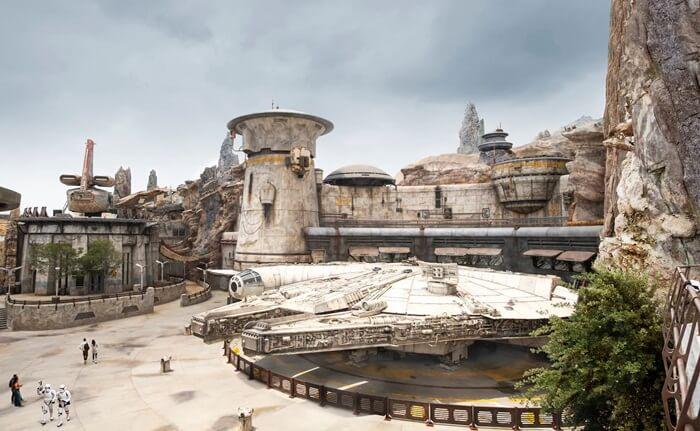 Disneyland resmi dibuka pada tanggal 17 Juli 1955 dan merupakan tempat wisata di Amerika populer di California bagian selatan.