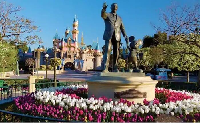 Disneyland resmi dibuka pada tanggal 17 Juli 1955 dan merupakan tempat wisata di Los Angeles populer di California bagian selatan