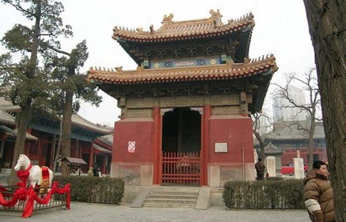 Tempat wisata di Beijing ini merupakan kuil yang dibuat untuk menghormati Gewa Gunung Tai. Desain kuil ini mirip dengan Kuil Fahai, dengan bentuk bangunan yang hampir sama.