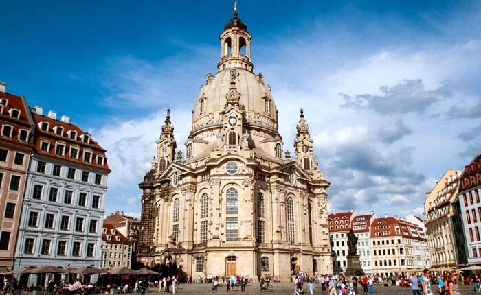 Gereja ini sebetulnya merupakan pembesaran dari Gereja Zu unser lieben Frauen yang berasal dari abad 11 dan sudah tak dapat lagi menampung jemaat Dresden