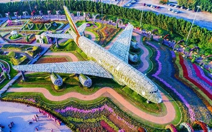 Miracle Garden terdiri dari 45 juta bunga asli yang ditanam dengan luas 72.000 meter persegi.