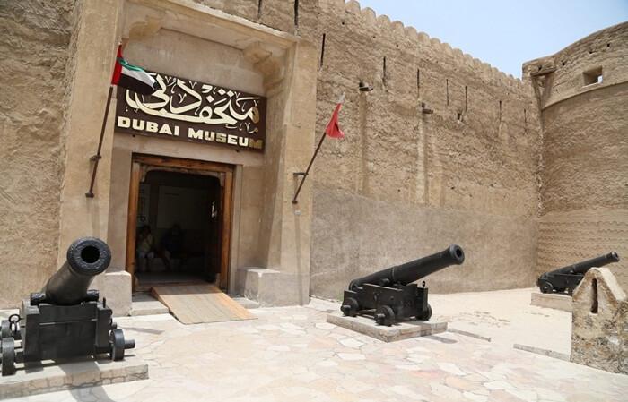 Galeri-galeri di tempat wisata di Dubai ini menciptakan kembali rumah-rumah lokal bersejarah, masjid, souk, kebun kurma, kehidupan gurun, dan laut.