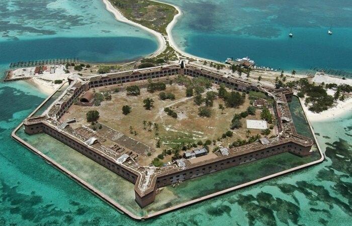 Pulau-pulau kecil di tempat wisata di Amerika ini, seperti Sands Key, Elliot Key, Cotton Key, dan Old Rhodes Key kini menjadi bagian dari Biscayne National Underwater Park