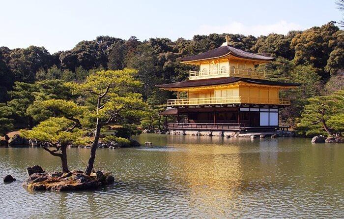 Kinkakuji merupakan paviliun tempat wisata di jepang yang dibangun untuk menggaungkan budaya mewah Kitayama yang berkembang di kalangan aristokrat kaya di Kyoto selama masa Yoshimitsu