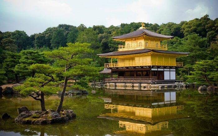 dulunya tempat wisata di Kyoto ini merupakan tempat peristirahatan bangsawan Jepang. Tepatnya, menjadi tempat peristirahatan Ashikaga Yoshimitsu.