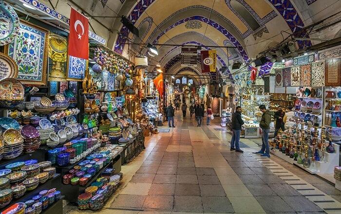 Di pasar tempat wisata di Turki ini, pengunjung bisa menemukan aneka barang antik yang bisa menjadi oleh-oleh khas Turki. Seperti perabotan, tasbih, senjata tajam dan koin-koin kuno