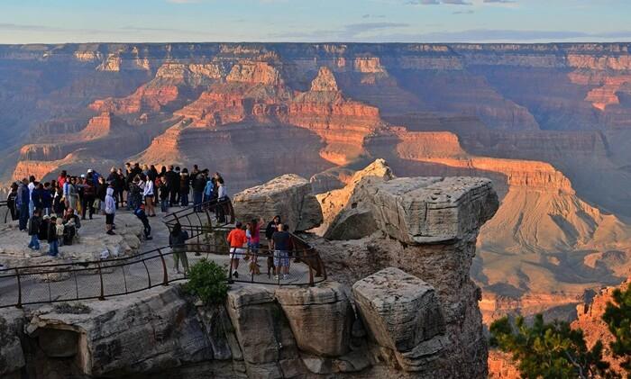 mengunjungi tempat wisata di Amerika ini, pengunjung akan menyaksikan kombinasi unik warna alami dari perbukitan yang terbentuk pula secara alami.