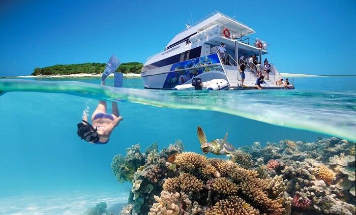 tempat wisata di Australia Great Barrier Reef dengan luas mencapai 2.300 kilometer, menjadikan lokasi ini sistem terumbu karang terbesar di dunia.