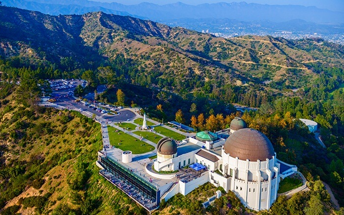 Bukit-bukit yang terjal di area taman tempat wisata di Los Angeles ini menjadi jalur hiking populer. Para pejalan kaki diizinkan melintasi rute sepanjang 53 mil termasuk rute bersepeda dan rute berkuda