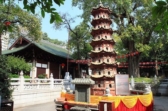 tempat wisata di Guangzhou kuil Guangxiao berdiri sebuah pagoda yang memiliki setinggi 7.69 meter dan memiliki 7 lantai