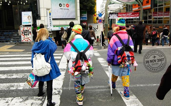 Sepanjang jalan tempat wisata di Tokyo ini, pengunjung bisa belanja produk original di butik-butik keamaan, makan bareng-bareng di restoran fast food, serta cuci mata sembari menyeruput segelas Americano.