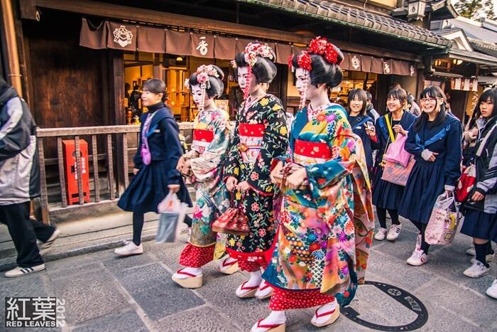 Di Higashiyama, nuansa tua kota Kyoto selalu dipertahankan, dengan toko-toko menawarkan kesempatan melakukan upacara minum teh atau berbusana layaknya seorang maiko atau samurai untuk sesi foto