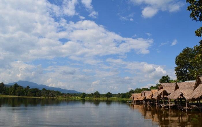 Huay Tung Tao adalah tempat wisata di Chiang mai berupa danau besar yang dilengkapi fasilitas pondok bambu untuk bersantai sambil menghadap ke pegunungan Doi Pui