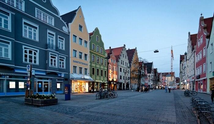 Outlet di kota tempat wisata di Jerman ini adalah surga bagi pencari barang murah namun pingin dari merek yang terkenal.