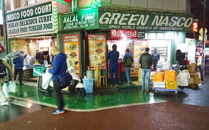Di tempat wsiaat di Tokyo ini pengunjung dapat menjumpai toko yang menjual bahan makanan halal, restoran dan tempat ibadah di sini