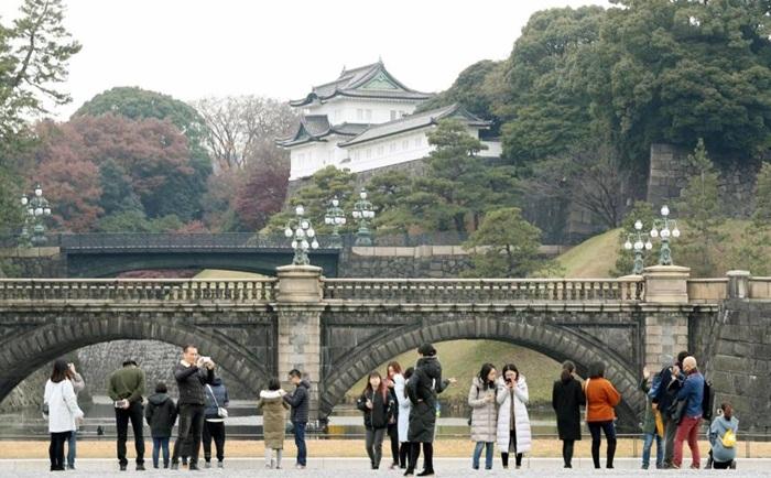 Untuk melihat keindahan tempat wisata di tokyo ini juga bisa dinikmati melalui kunjungi Taman istana Kaisar, yang terletak persis di depan istana