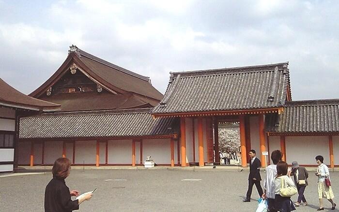 tempat wisata di Kyoto Istana kekaisaran tadinya merupakan tempat tinggal keluarga kaisar sampai dengan tahun 1868, yang pada akhirnya kaisar dan ibukota pindah dari Kyoto ke Tokyo.