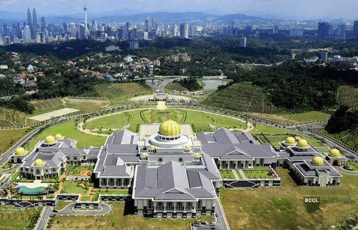 Istana tempat wisata di Brunei Darusalam ini terletak di daerah pemekaran, di tepi sungai dengan bukit yang hijau di tepi Sungai Brunei,