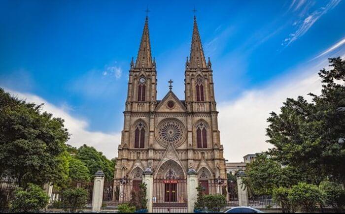 Gereja tempat wisata di Guangzhou ini mengingatkan pada katedral di Eropa dengan Jendela tinggi dan melengkung khas tempo dulu.