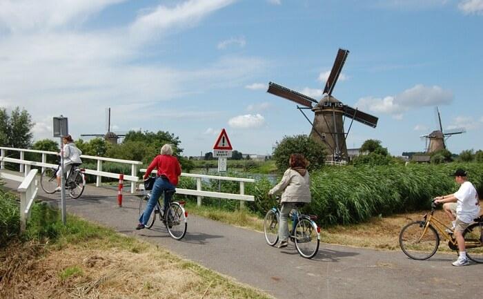 Keberadaan Kincir Angin di desa tempat wisata di Belanda ini dimulai sekitar tahun 1740. Terdapat 19 kincir angin yang berfungsi untuk membantu polder tetap kering