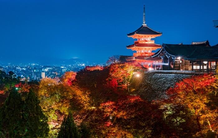 """Di tempat wisata di Kyoto ini ada panggung kayu """"Jigokudome"""", yang nyaman untuk pengunjung bisa menikmati pemandangan kota Kyoto yang indah dari ketinggian."""