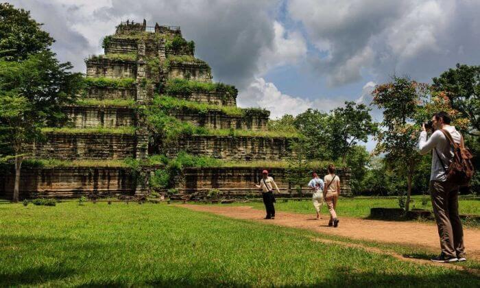 Tempat wisata di Kamboja berupa Kompleks Candi Koh Ker terkenal dengan candi utamanya yang bernama Prasat Thom.
