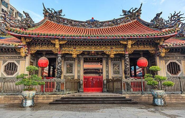 . Kuil tempat wisata di Taiwan ini terbagi menjadi tiga bagian. Bagian depan, bagian tengah dan belakang. Pengunjung  dapat menikmati keindahan arsitektur dan ornamen-ornamen yang menghiasi kuil Longshan.