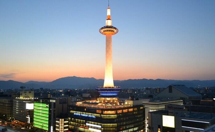 Desain menara tempat wisata di Kyoto ini mengadaptasi mercusuar. Dibangun dengan dominasi warna putih dan banyak pula bermain dengan unsur kaca.