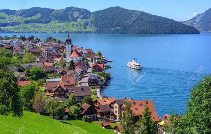 Menjelajahi danau Lucerne dengan menggunakan perahu adalah aktivitas yang wajib dilakukan saat mengunjungi tempat wisata di Swiss ini.