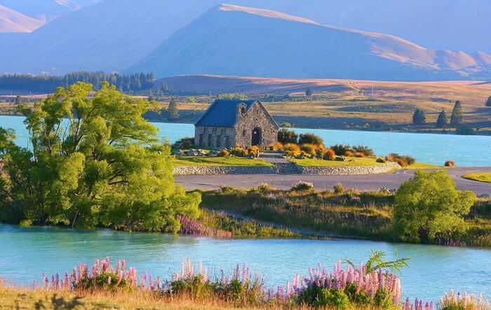 gereja kecil yang masih dalam satu kawasan, membuat Danau Tekapo pantas disebut Tempat Wisata di New Zealand terbaik.