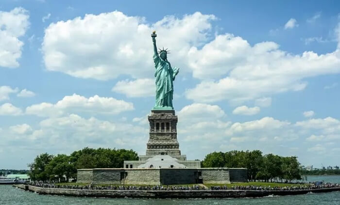 Desain dari Tempat wisata di Amerika Patung Liberty, mencoba menjelaskan ideologi bangsa Amerika Serikat yang menganut faham kebebasan dari segala tekanan dan merdeka.
