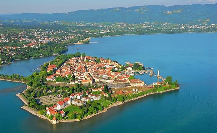tempat wisata di Jerman Lindau adalah sebuah pulau mungil di timur laut Bodensee yang dihubungkan oleh jembatan dengan daratan Jerman. Hampir seluruh pulau penuh dengan bangunan abad pertengahan dan setengah kayu