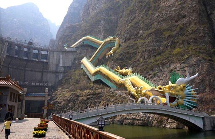 Tempat wisata di Beijing ini sering dibandingkan dengan puncak-puncak air yang terjal di sepanjang Sungai Li di Guilin, Cina Selatan.
