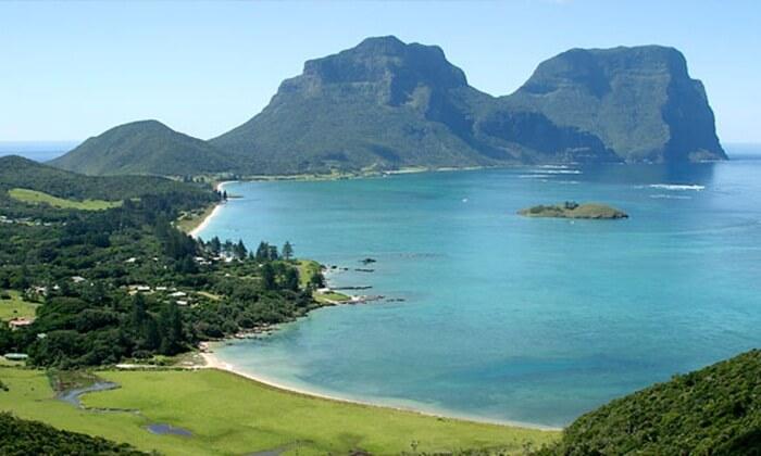 Lord Howe Island merupakan lokasi wisata di New South Wales yang memiliki banyak atraksi alam yang indah.