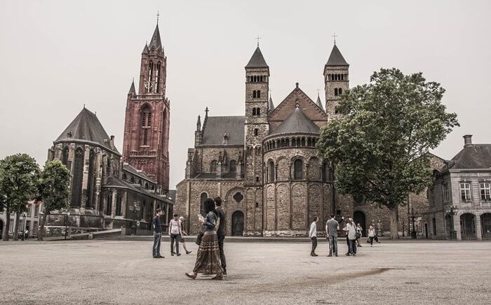 Banyak bangunan di sekitar tempat wisata di Belanda ini berasal dari abad ke-18 atau ke-19. Beberapa bangunan besar di alun-alun sebelumnya milik kanon St Servatius