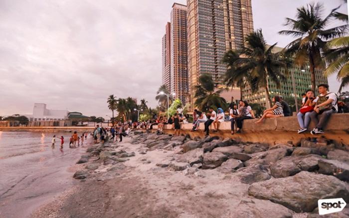Manila Baywalk merupakan tempat wisata di Manila berupa jalur atau jalan yang dibuat khusus bagi pejalan kaki