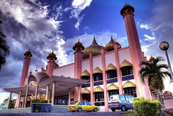 Keindahan masjid Kuching membuatnya wajib dimasukkan dalam daftar tempat wisata di kuching yang wajib dikunjungi.