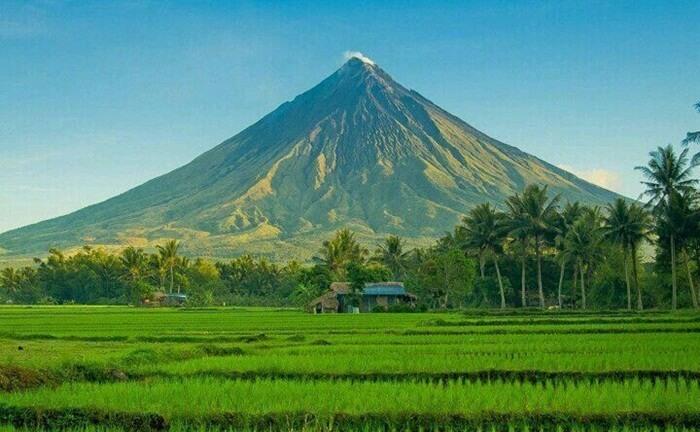 Gunung berapi tempat wisata di Filipina ini memiliki ketinggian 2.462 meter, dengan memiliki lereng yang sangat curam antara 35 sampai 40 derahat.