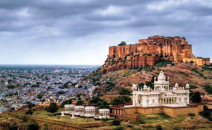 Bangunan tempat wisata di India ini sekilas sangat menyerupai sebuah benteng kokoh dengan ketinggian dinding hingga 36 meter.