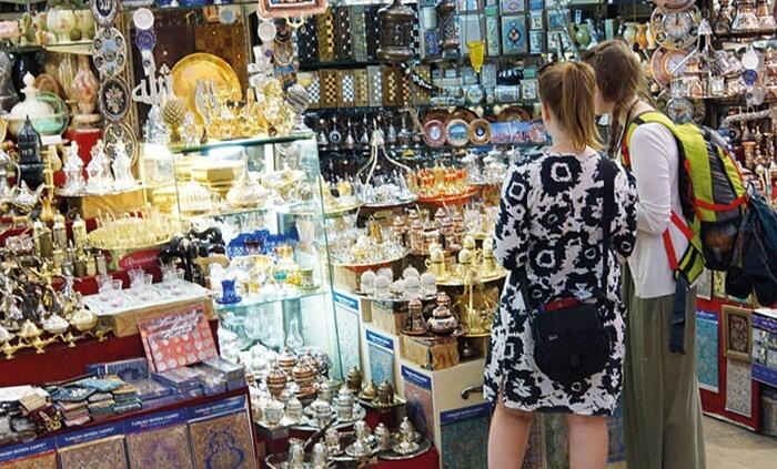 Naif Market adalah tempat wisata di Dubai untuk pengunjung yang gemar berbelanja barang dengan harga miring