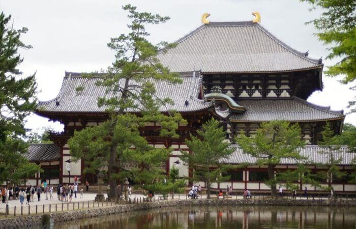 Nara tempat wisata di jepang yang merupakan adalah ibukota pertama Jepang dan penuh dengan harta bersejarah termasuk banyak situs warisan dunia UNESCO