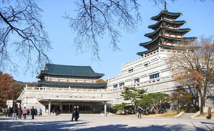 Di bagian depan tempat wisata di Seoul ini terdapat gerbang masuk ke Area ini, bebrbentuk seperti Benteng, begitu masuk ada halaman luas, dengan taman-taman yang dipenuhi pohon dan bunga berwarna warni.