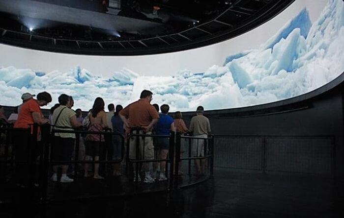 Tempat wisata di Kanada Niagara Furry merupakan sarana wisata berupa bioskop 4D yang memutar film sejarah terbentuknya Niagara Falls.