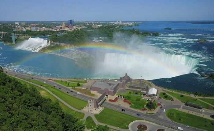 Tempat wisata di Amerika iniberada di garis perbatasan internasional antara negara bagian Amerika Serikat, New York dengan provinsi Kanada, Ontario