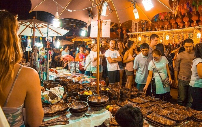 Di tempat wisata di Chiang Mai ini pengunjung bisa menemukan bermacam-macam baju, tas, sepatu, perhiasan dari berbagai macam merek