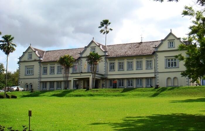 tempat wisata di kuching ini digunakan sebagai pusat untuk memamerkan koleksi tentang sejarah alam Sarawak.