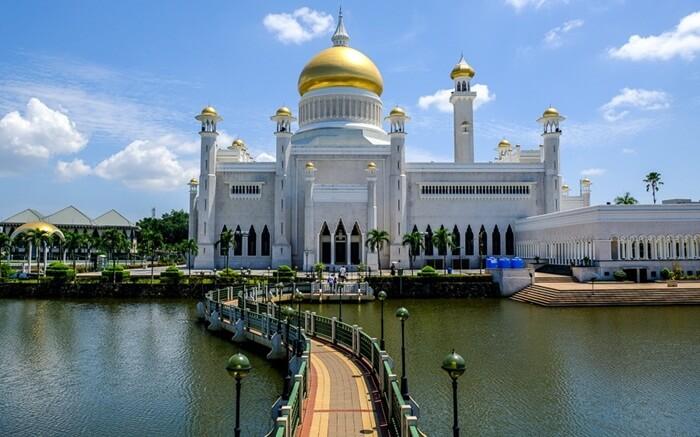 . Masjid ini adalah salah satu masjid paling mengagumkan di Asia Pasifik, serta menjadi Land Mark dan daya tarik sebagai tempat wisata di Brunei Darusalam.